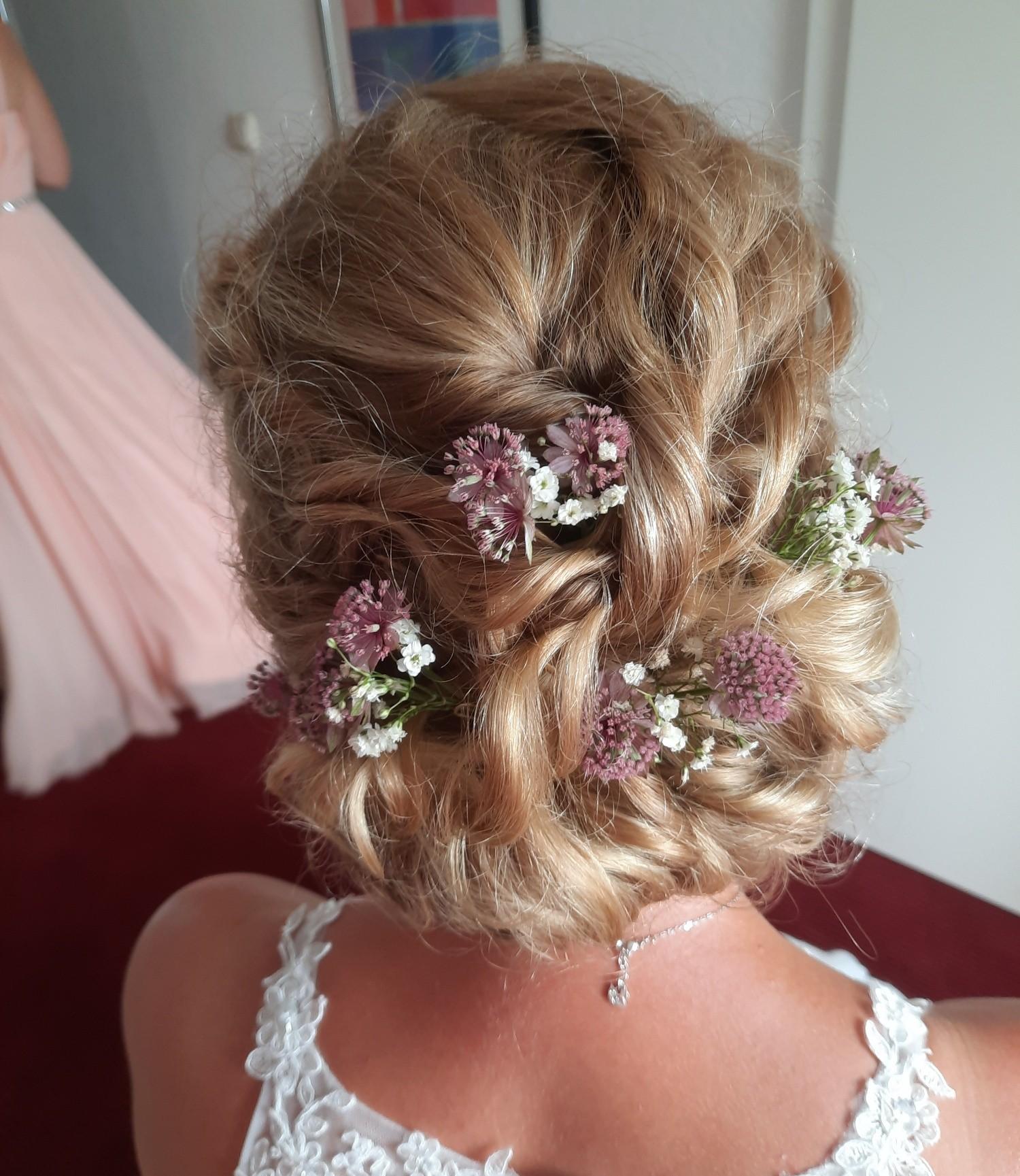 Frisuren mit Blumen 3