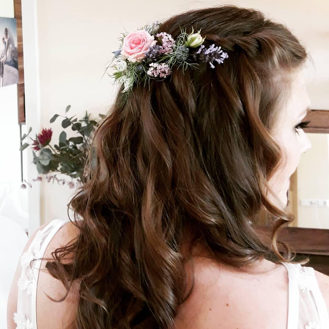 Frisuren mit Blumen 8